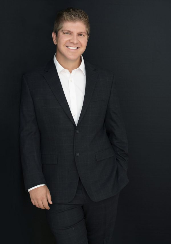 HEADSHOT PHOTOGRAHER, CEO PROFILE PHOTO , CORPORATE HEADSHOT MAN IN BLACK SUIT